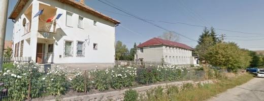 La Mănăstireni, Poliția (clădirea din stânga) se înțelege bine cu Primăria (dreapta). Mai puțin cu sătenii!