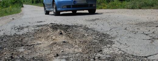 Peste 40% din şoselele publice sunt neasfaltate