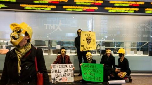 GALERIE FOTO: Protest la Toronto cu măști de Halloween față de proiectul de la Roșia Montană