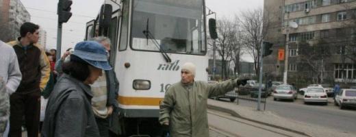 Un taxi cu cinci copii a intrat într-un tramvai