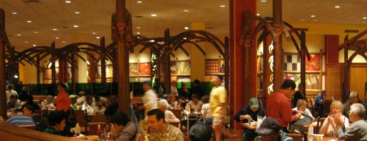 Un grup de restaurante de lux îşi aşază clienţii la masă în funcţie de aspectul fizic