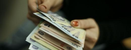 Peste 800.000 de salariaţi vor avea salariul minim brut majorat din ianuarie 2014