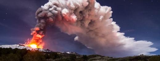 FOTO-VIDEO: Etna scuipă lavă deasupra Siciliei