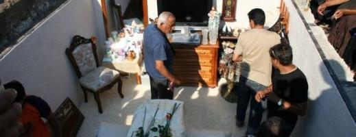 FOTO: Noua modă la înmormântările de romi: Groapa-Dormitor