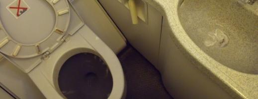 Descoperire de peste 1 milion de dolari, în toaleta unui avion