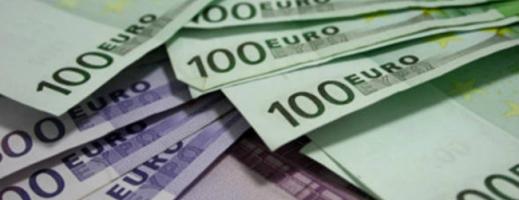 Euro scade la minimul ultimelor trei săptămâni