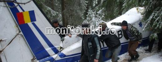 EXCLUSIV – GALERIE FOTO: Cum a fost coborâtă aeronava din creierii munţilor