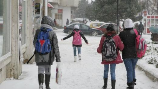 Elevii se întorc la şcoală, după terminarea vacanţei de iarnă. Sursă foto: www.b365.ro