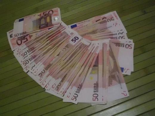 Un clujean a pus în circulație bancnote false de 50 de euro apoi a încercat să fugă din țară