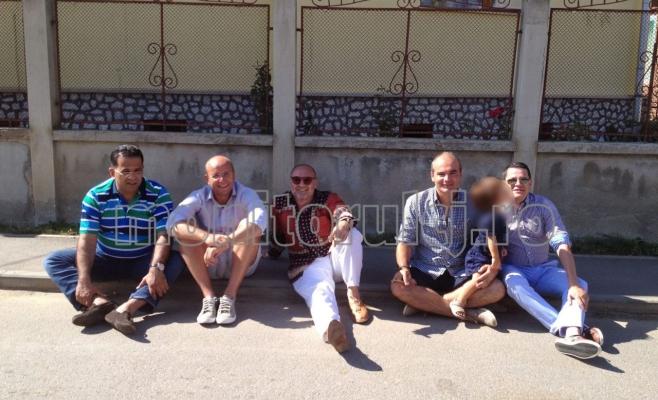 De la stânga la dreapta: Mitică Călin – om de afaceri suspectat de corupție și oamenii de presă Cozmin Gușă, Octavian Hoandră, Rareș Bogdan. Ultimul din dreapta este Eduard Hellvig