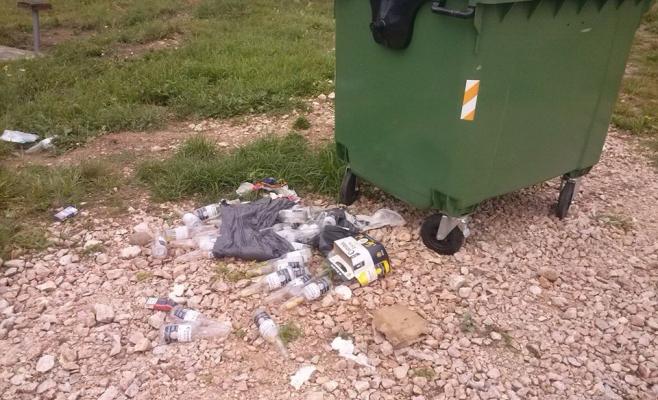 În Floreşti, gunoiul se aruncă lângă tomberon