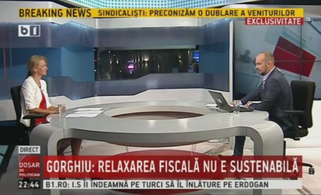 Moderatorul Silviu Mănăstire nu este un străin al situației de la Cluj. Jurnalistul B1 TV a fost directorul unei publicații locale apropiată de PDL și este cunoscut ca un om apropiat de Daniel Buda, co-președintele PNL Cluj. Înainte de a lucra la B1, Mănăstire a realizat emisiuni la Realitatea TV, televiziunea de casă a democrat-liberalilor, controlată de Vasile Blaga prin intermediul lui Rareș Bogdan.
