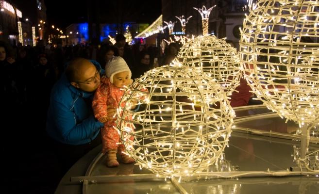 Familie bucurânduse de instalațile luminoase aflate pe Bulevardul Eroilor. 1 Decembrie 2015.Cluj. Foto: Saul Pop/Monitorul de Cluj