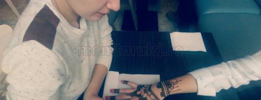 Ana, oferind un tatuaj în schimbul donației
