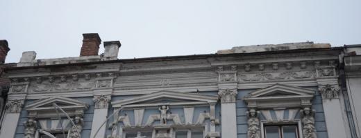 O clădire de pe bulevardul Eroilor, pericol pentru trecători