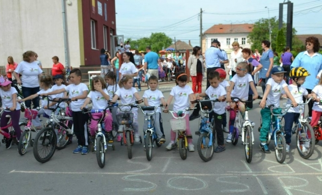 Copiii din Apahida învață să iubească mișcarea printr-un concurs de biciclete