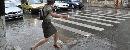 Ploi și risc de inundații până marți seara