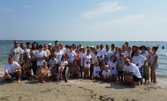 """52 de  copii și tineri cu suferinţă renală cronică sunt  în vacanță la mare în tabăra """"Zâmbet de Copil""""- In memoriam Adina Bleotu"""