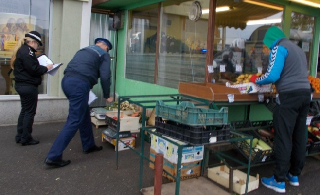 Aproape o tonă de legume şi fructe, confiscate în Mănăștur