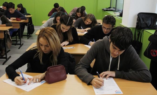 """Elevii de la Liceul """"Avram Iancu"""" Cluj au răspuns ieri la 25 de întrebări în 15 minute."""
