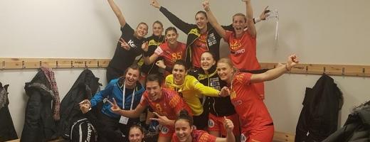 Cristina Laslo (prima din dreapta, sus) alături de colegele sale, după victoria cu Ungaria. FOTO Facebook Melinda Geiger