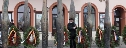 Liviu Mocan în mijlocul ansamblului unde în fiecare 21 decembrie se depun coroane în amintirea martirilor revoluţiei de la Cluj. FOTO O.C.