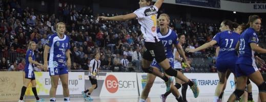 Florina Chintoan (la minge), una din componentele echipei Universităţii Cluj. FOTO Arhivă Monitorul
