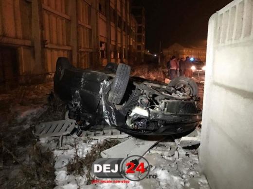 Accident teribil în centrul orașului Dej. O mașină s-a răsturnat. Foto: dej24.ro