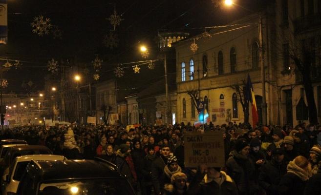 O coloană uriaşă de protestatari a străbătut Cluj-Napoca miercuri seară. FOTO Ovidiu Cornea