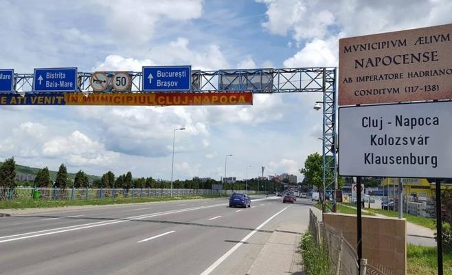Plăcuţele multilingve sunt amplasate la intrare în Clu Napoca   sursa foto Facebook Ioan Bîldea