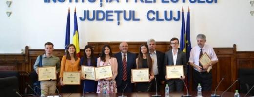 Primii nouă elevi clujeni care au obţinut medii de 10 la examenul de Bacalaureat au fost premiaţi săptămâna trecută de Prefectura Cluj