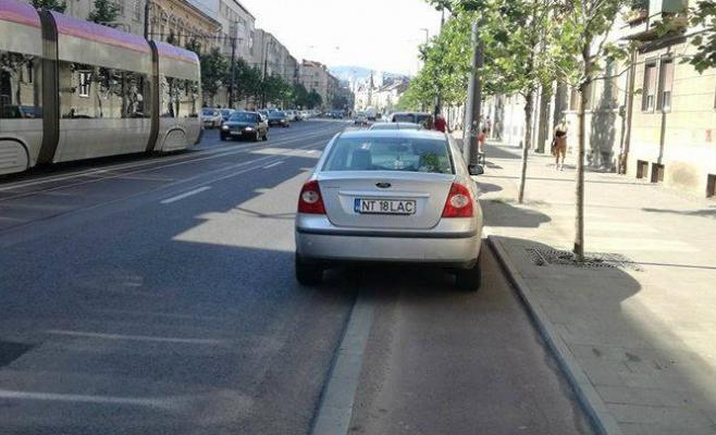 Zeci de mașini sunt parcate zilnic pe pistele pentru biciclete