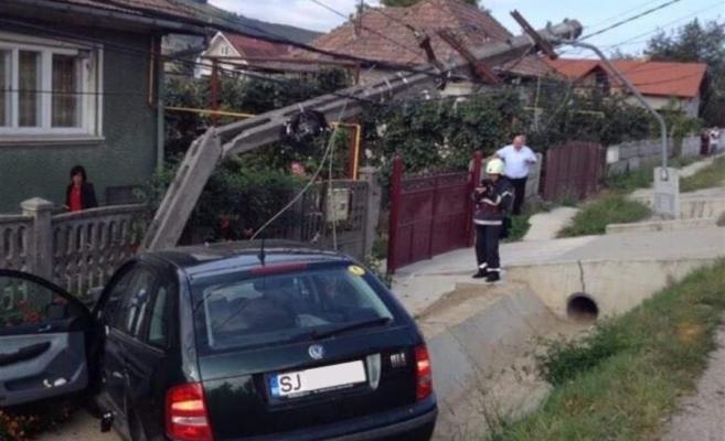 ACCIDENT la Câțcău. Un autoturism s-a IZBIT violent de un stâlp   sursa foto dej24.ro.