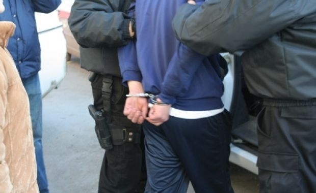 Tineri reţinuţi de poliţişti, după ce au bătut un bărbat până l-au lăsat inconştient