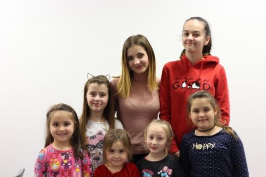 Ioana Moldovan împreună cu o parte din elevii ei