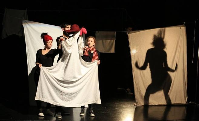 """Scenă din cadrul piesei """"Albă ca Zăpada"""" a trupei DADA din Croiația, câștigătoarea marelui premiu"""