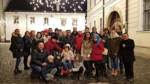 Tinerii dependenti de dializa s-au plimbat prin Piata Muzeului si la Targul de Craciun. Foto: Facebook / Emanuel Ungureanu