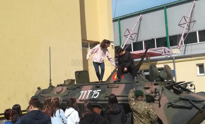 Copii văzând un tanc