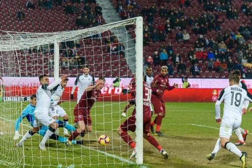 Andrei Mureșan împinge mingea în poartă într-un meci cu Astra Giurgiu