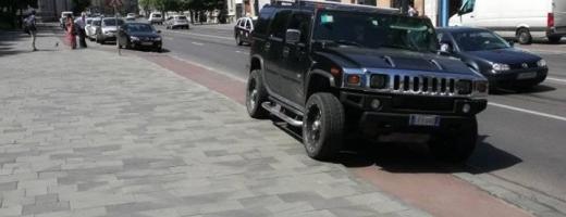 HUMMER parcat pe pista de bicicliști din centrul Clujului