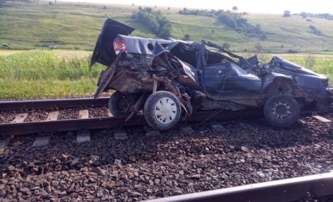TRAGEDIE la Gârbău: fără permis și cu mașina radiată, au sfârșit spulberați de tren