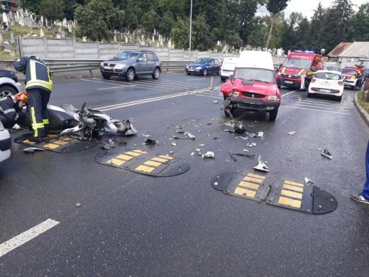 Ciocnire violentă între un scuter și o Dacia Papuc pe Calea Turzii
