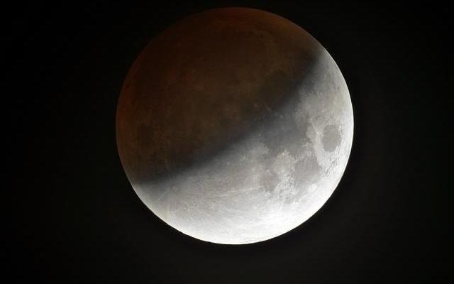 În această noapte, ultima ECLIPSĂ de Lună importantă din următorii 6 ani