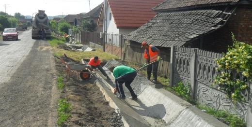 Lucrări de modernizare pe Drumul Bistriței... cu șanțuri lângă gardul oamenilor?