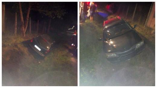 Un șofer fără experiență și cu viteză a plonjat în șanț cu mașina la Fizeșu Gherlii