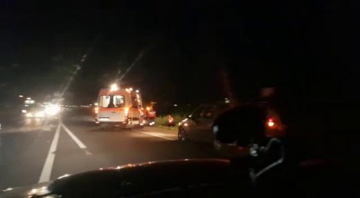 Seară NEAGRĂ la Jucu: izbit din plin de o mașină în timp ce traversa neregulamentar, a MURIT pe loc