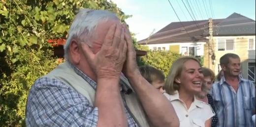 Clipe emoționante și lacrimi la Dej! Surpriză inedită pentru un pensionar, fost pompier