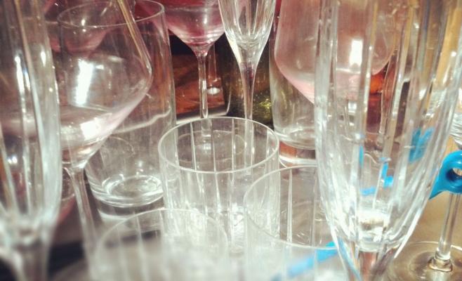 Veselă murdară, băuturi expirate şi lipsa spaţiului pentru nefumători au fost doar câteva dintre neregulile descoperite de inspectorii de la Protecţia Consumatorului în cluburile din centrul Clujului
