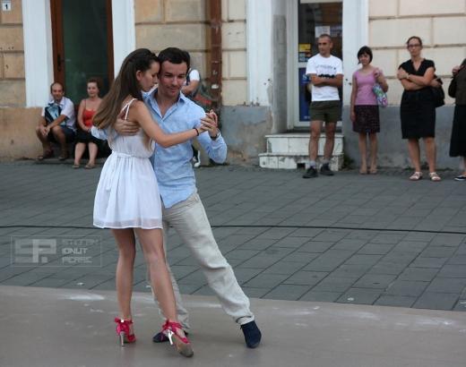Tango pe Eroilor, sursa foto www.facebook.com/oanalaura.pop