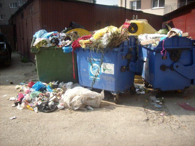 Tomberoanele cu gunoi sunt puse in drum pe strada Cojocnei